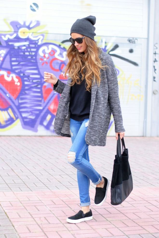 lookastic.comcoat-turtleneck-skinny-jeans-slip-on-sneakers-tote-bag-beanie-sunglasses-original-5639